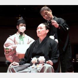 断髪式で荒鷲の大銀杏にハサミを入れる峰崎親方(代表撮影)