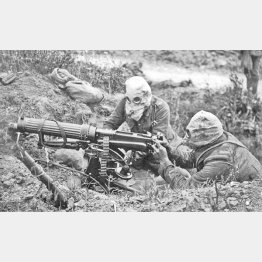 ガスマスクをかぶってマシンガンを担当する兵士たち(C)World History Archive/ニューズコム/共同通信イメージズ