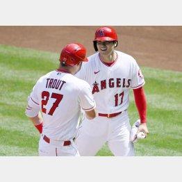 一回、先制のホームを踏んでトラウト(左)と握手する大谷(C)ロイター/USA TODAY Sports