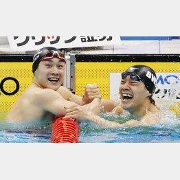 男子200m平泳ぎ決勝のレースを終え、喜ぶ優勝した佐藤翔馬(左)と2位の武良竜也(C)共同通信社