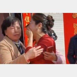 式の当日に女性は新婦(右)に初めて会うと…(ユーチューブから)