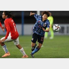 パラグアイ選手をかわして突進する浜田(C)Norio ROKUKAWA/office La Strada