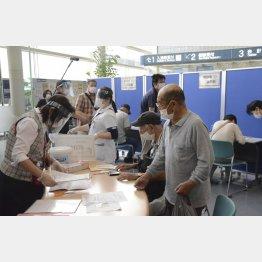 大阪の重症病床はパンク寸前…(コロナ専門病院の大阪市立十三市民病院=写真)/(C)共同通信社