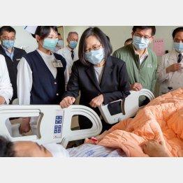 負傷者を見舞う台湾の葵英文総統(C)ロイター/台湾総統府提供