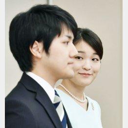 眞子さま(奥)と小室圭さん(C)共同通信社