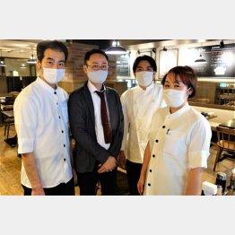 老舗洋食「キッチンジロー」の山村進社長(左2)と九段下店のメンバーの皆さん(C)日刊ゲンダイ