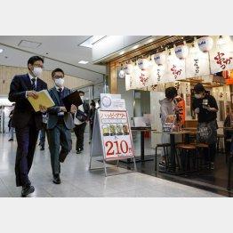 どれだけの効果があるのか(JR大阪駅近くで飲食店などの状況を確認する「見回り隊」=5日)/(C)共同通信社