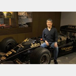 プラネックスコミュニケーションズ社長の久保田克昭さん。アイルトン・セナが乗ったF1カー「ロータス97T」と(撮影・筆者)