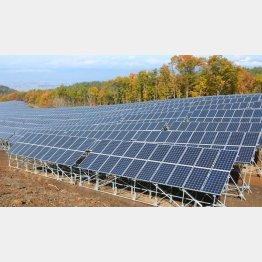 山あいに設置された太陽光発電所(C)共同通信社
