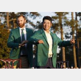グリーンジャケットに袖を通す松山。左は前年優勝のダスティン・ジョンソン(C)ロイター
