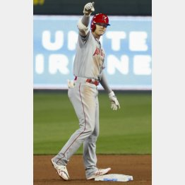 191.6キロの2点二塁打を放ち、塁上で手を上げる大谷(C)共同通信社