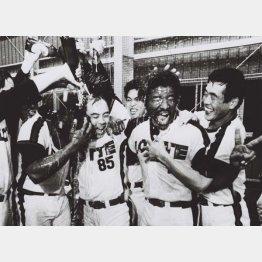 1980年、ロッテ前期優勝時の高畠さん(左2)/(C)共同通信社