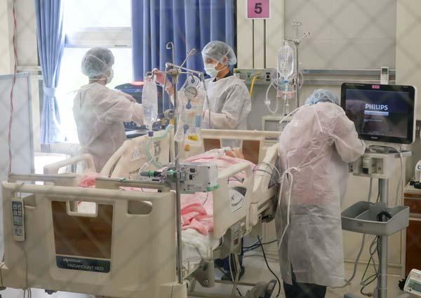 重症病床が満床になるのは時間の問題(大阪コロナ重症センター)/(C)共同通信社