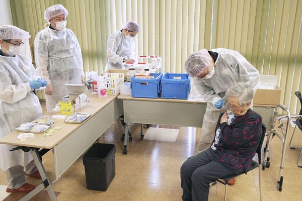 ワクチン接種政策も日本は世界平均以下に成り下がっている…(代表撮影)