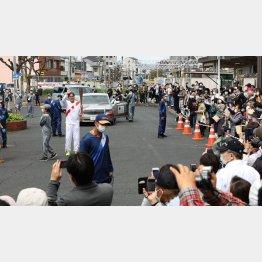 聖火リレーをひと目見ようと多くの人々が集まった…(C)日刊ゲンダイ