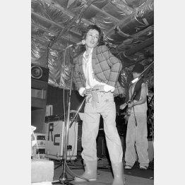1979年12月3日の新宿ロフトのステージに立つ清志郎さん(C)共同通信社