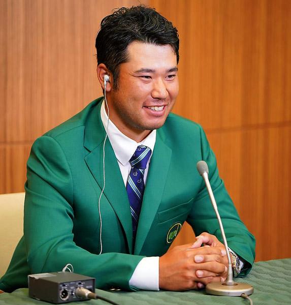 グリーンジャケットを着てリモート会見をする松山(提供写真)