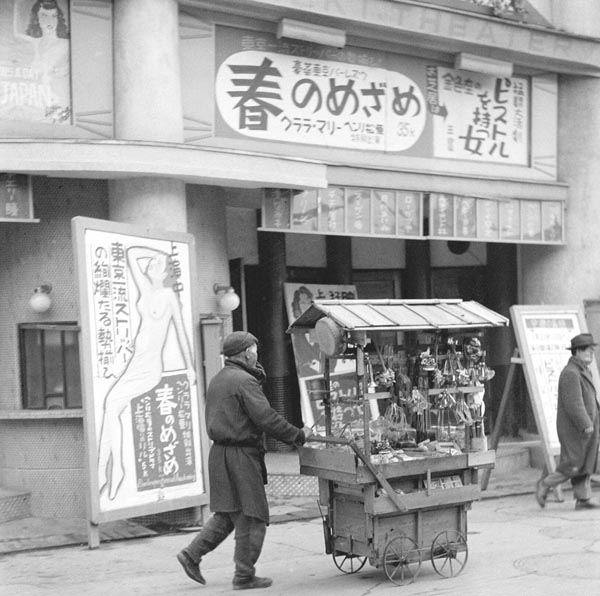 大阪・道頓堀のストリップ劇場(1952年〈昭和27〉年)/(C)共同通信社