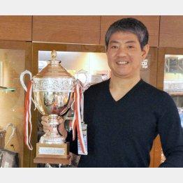 優勝カップを手にプラネックスコミュニケーションズ社長の久保田克昭さん(撮影:筆者)
