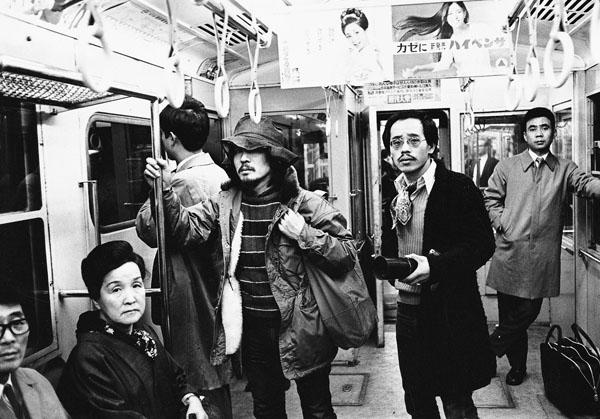 地下鉄の中で、森山大道と荒木(1973年ごろ撮影)/(提供写真)