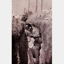 第1次世界大戦、塹壕に潜むフランス軍兵士(C)World History Archive/ニューズコム/共同通信イメージズ