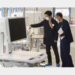 「閉めるな」と指示したと自慢するが、そもそもフル稼働していない(昨12月、大阪重症センターを視察する吉村府知事)/(代表撮影)