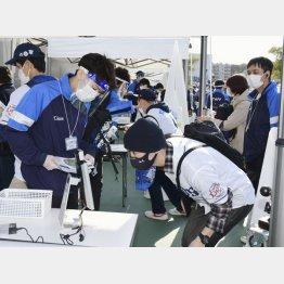 メットライフドームで検温する観客(C)日刊ゲンダイ