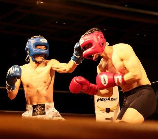 的確に顔面をヒット(左が安彦)(C)Norio ROKUKAWA/office La Strada