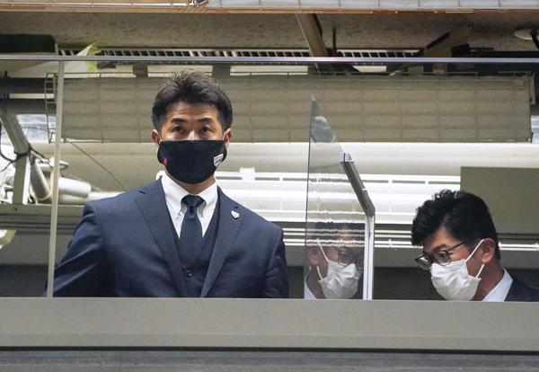 視察する日本代表の稲葉監督(左)も熱視線(C)共同通信社
