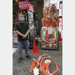 壊されたオブジェと武田源社長(C)共同通信社