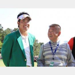 2013年、「つるやオープン」でプロ転向初勝利を挙げた当時大学4年の松山を祝福する阿部監督(C)日刊ゲンダイ