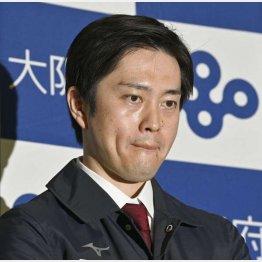 大阪府の新型コロナウイルス対策本部会議を終え、記者の質問に厳しい表情の吉村洋文知事(C)共同通信社