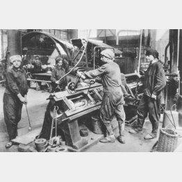 写真②ドイツの弾薬工場で働く女性(ゲッティ/共同通信イメージズ)