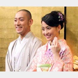 市川海老蔵と麻央さん(2010年の婚約発表会見)/(C)日刊ゲンダイ