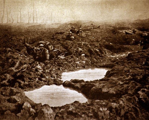 第1次世界大戦を象徴する戦場の沼地(C)World History Archive/ニューズコム/共同通信イメージズ