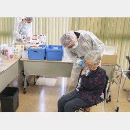 高齢者のワクチン接種もまだまだかかる(代表撮影)