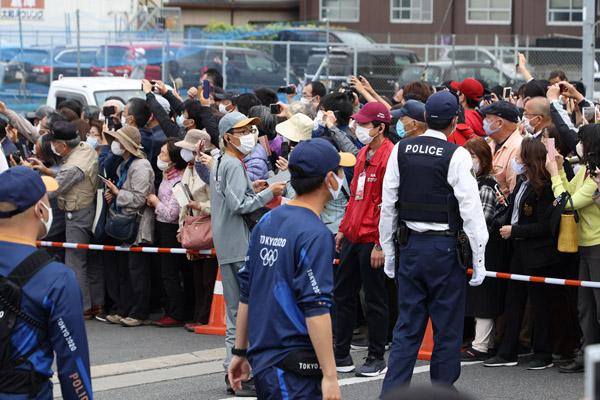 恐れていた事態が発生…(写真は、奈良県の聖火リレーの規制従事する警察官たち)/(C)日刊ゲンダイ