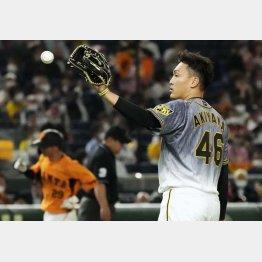 二回、吉川に本塁打を浴びた秋山(C)共同通信社