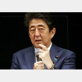 22日、講演でスピーチをする安倍前首相(C)日刊ゲンダイ