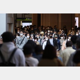期間もエリアも「対策」には程遠い(JR大阪駅御堂筋口前の帰宅ラッシュ)/(C)日刊ゲンダイ