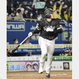 四回にソロ本塁打を放つ柳田(C)共同通信社