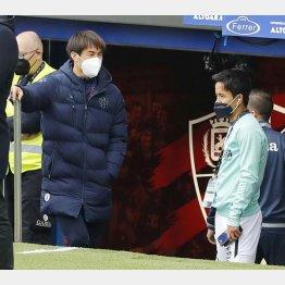 試合前、言葉を交わす岡崎(左)と久保。2人とも来季は違うユニホーム?(C)共同通信社