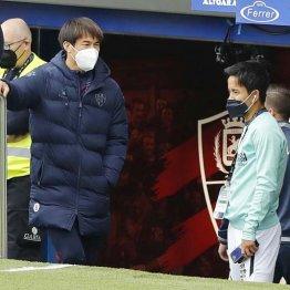 試合前、言葉を交わす岡崎(左)と久保。2人とも来季は違うユニホーム?