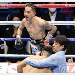 2020年末のWBO・Sフライ級世界戦で田中恒成(手前左)に8回TKO勝ちした井岡一翔だが(C)共同通信社