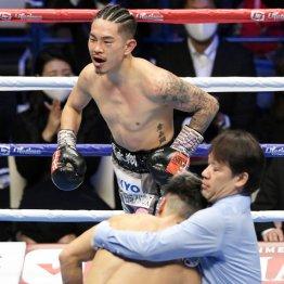 2020年末のWBO・Sフライ級世界戦で田中恒成(手前左)に8回TKO勝ちした井岡一翔だが