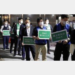 警戒に駆り出される都職員ら(C)日刊ゲンダイ