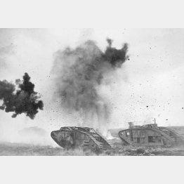 ドイツ軍の砲弾が炸裂する中を進むイギリス軍の戦車(C)Underwood Archives/Universal Images Group/共同通信イメージズ