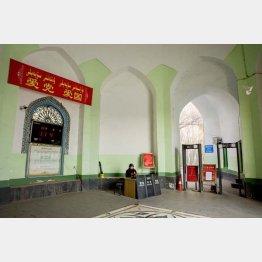 モスク・イスラーム寺院には「愛党愛国」の旗が(2018年)/(撮影)川嶋久人