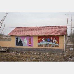 「反テロリズム」のプロバガンダ絵画。ヒジャブなどイスラム教徒の女性の衣装は着用は禁止された(2018年)/(撮影)川嶋久人
