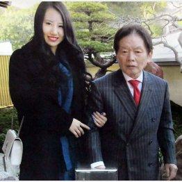 野崎幸助さん(右)と元妻の須藤早貴容疑者=2017年(撮影)吉田隆